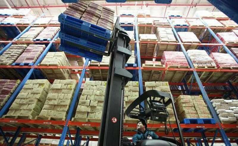 Plastic pallets for selective racking systems