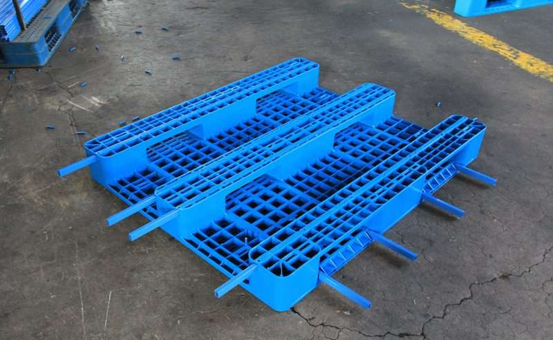 Plastic pallets with steel bars reinforcement