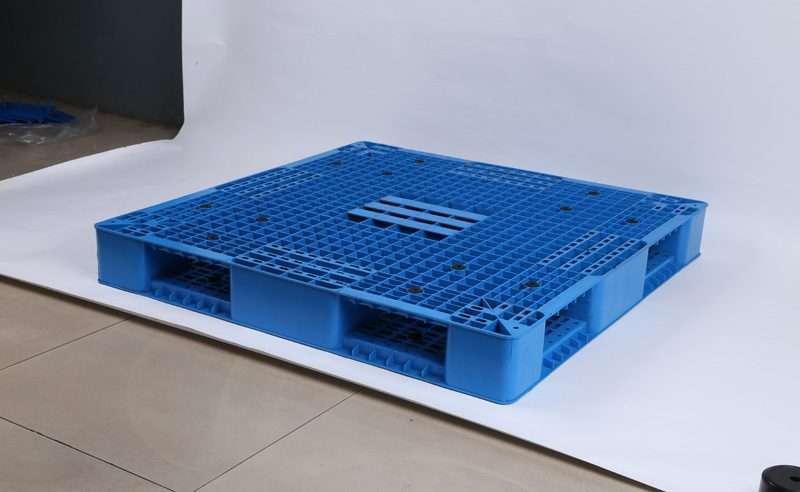 Double deck reversible mesh top plastic pallets