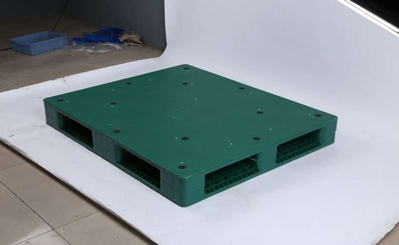 Flat surface plastic pallets with anti slip rubbers