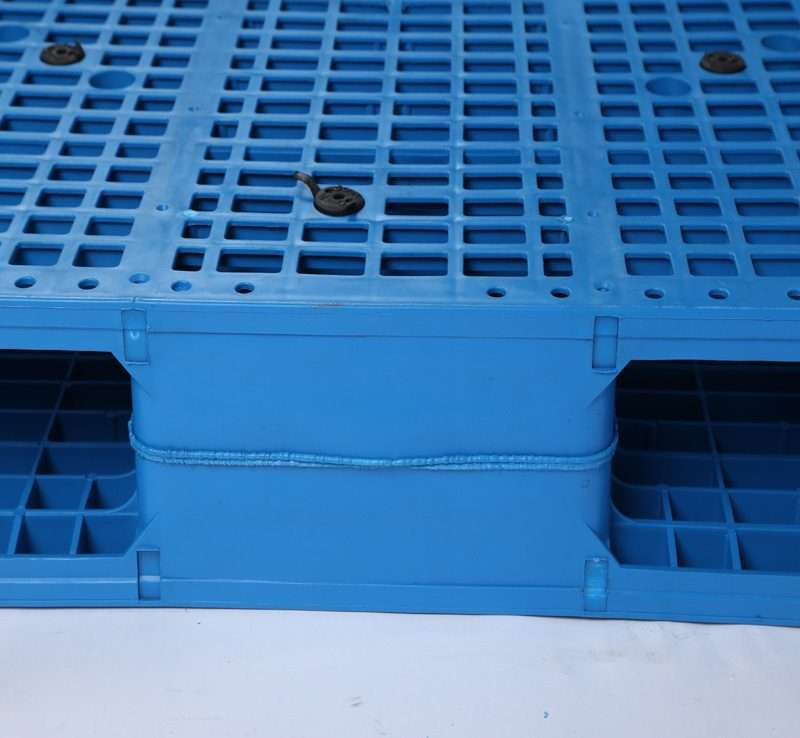 Welding and metal bars reinforced plastic pallets