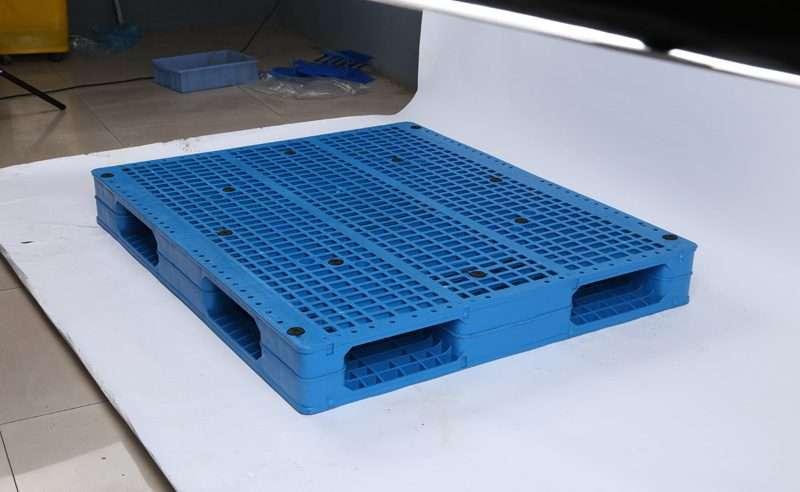 Reversible plastic pallets for beer