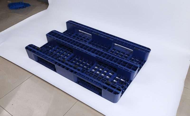 Three skids design plastic pallets with dark blue color