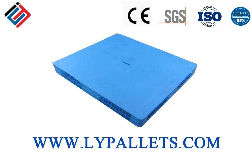 Flat cover reversible plastic pallets