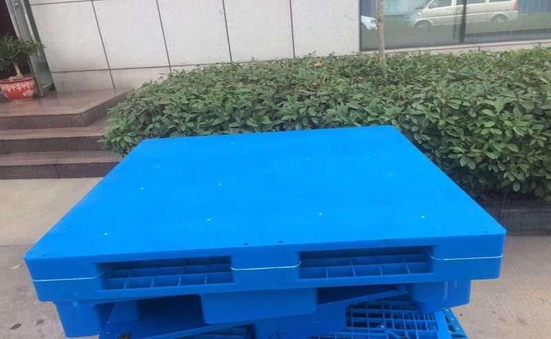 Real flat reversible plastic pallets