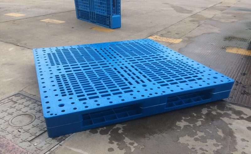 Mesh surface reversible plastic pallet