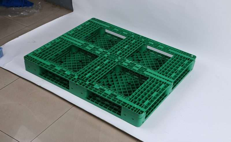 Full base perimeter plastic pallets