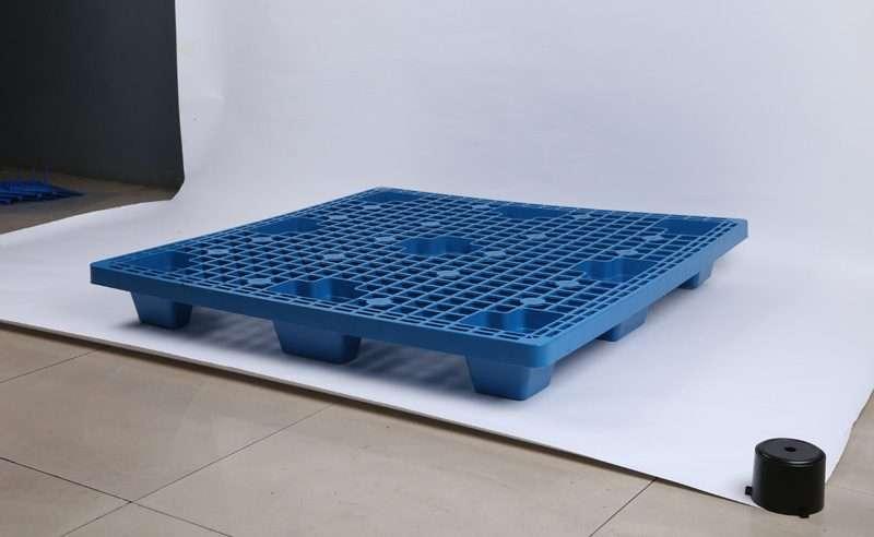 Light duty nest able blue color plastic pallets