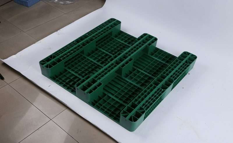 Three runners green plastic pallets with flat top