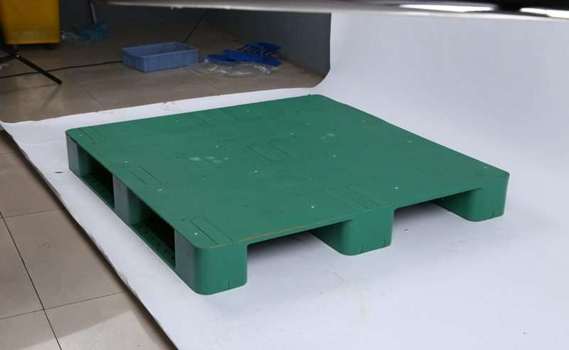 Green color flat plastic pallets with Anti slip rubbers