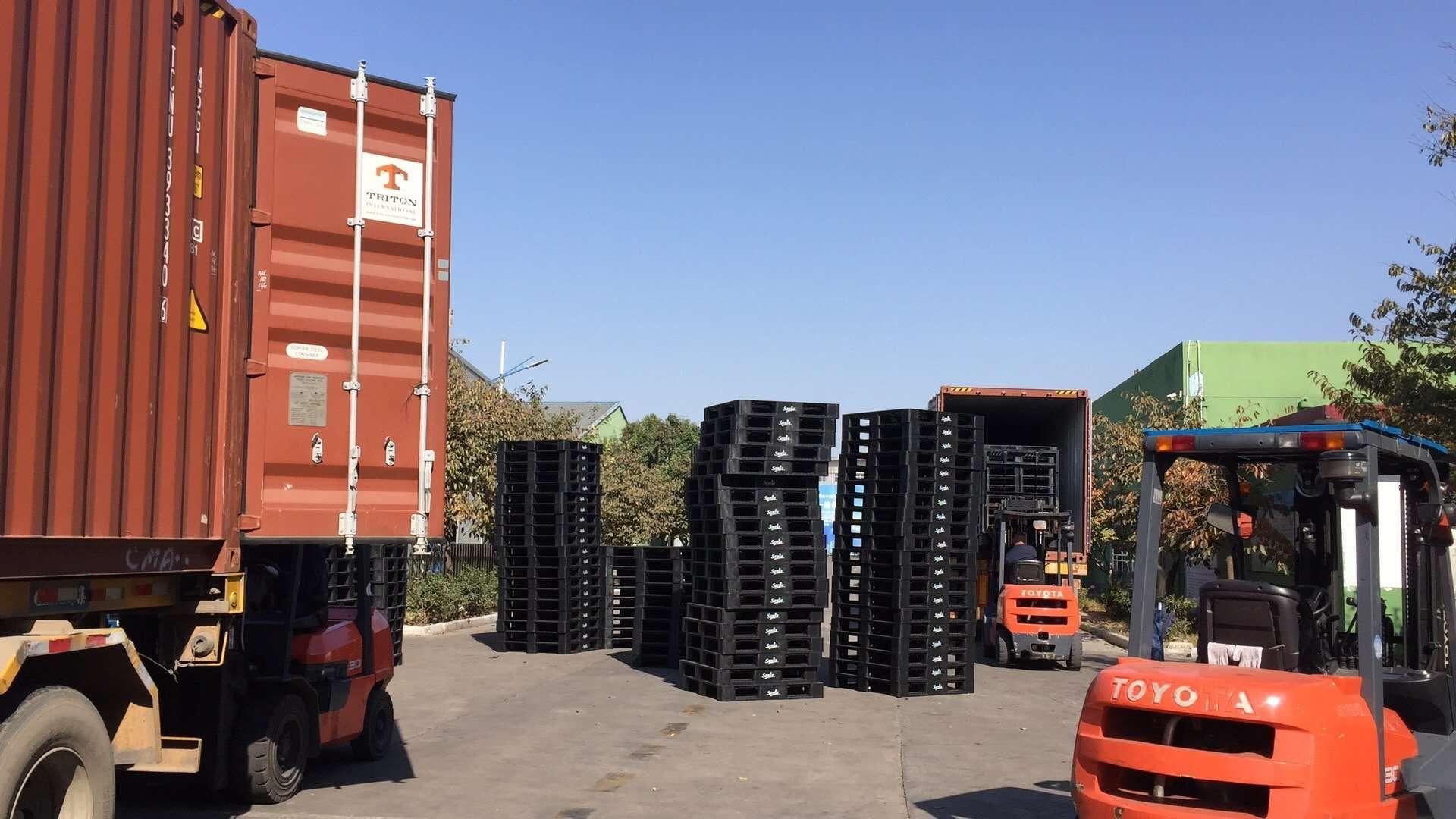 Plastic pallets loading