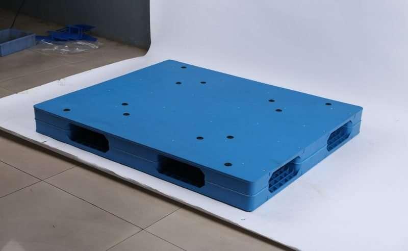 Durable reversible flat plastic pallets 1,1x1,3