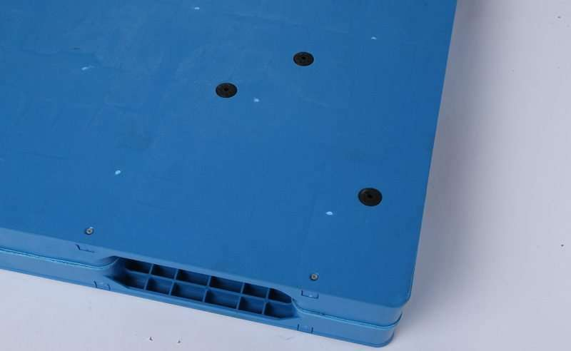 Durable reversible flat plastic pallets