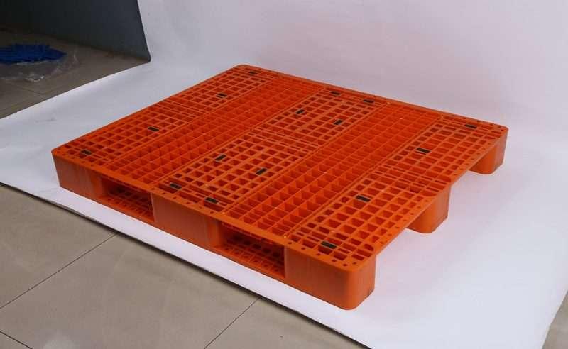 Rack able PLASTIC PALLETS 110x130 grid top